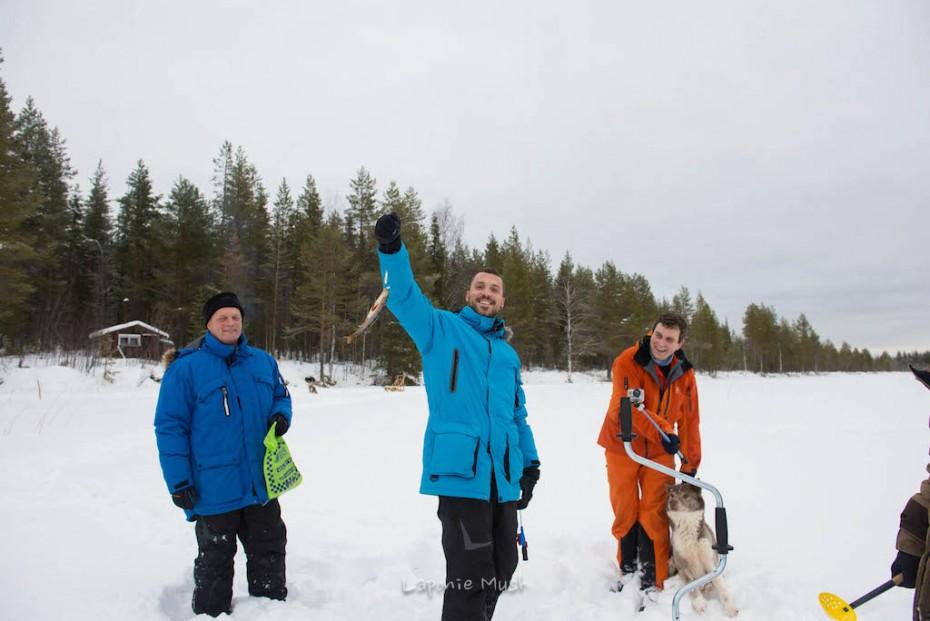 peche d'une perche sur un lac gelé en laponie suédoise