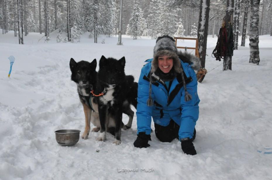 Carine qui pose avec Komi et Yukon balade en traienaux à chien - voyage en laponie suédoise