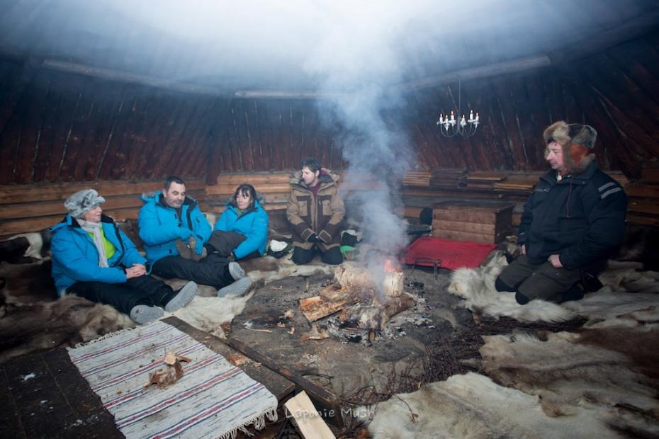 repas dans la kåta à la ferme à rennes - laponie suédoise