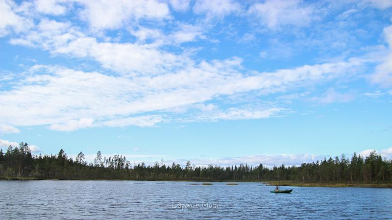 petit tour en barque sur un lac en laponie