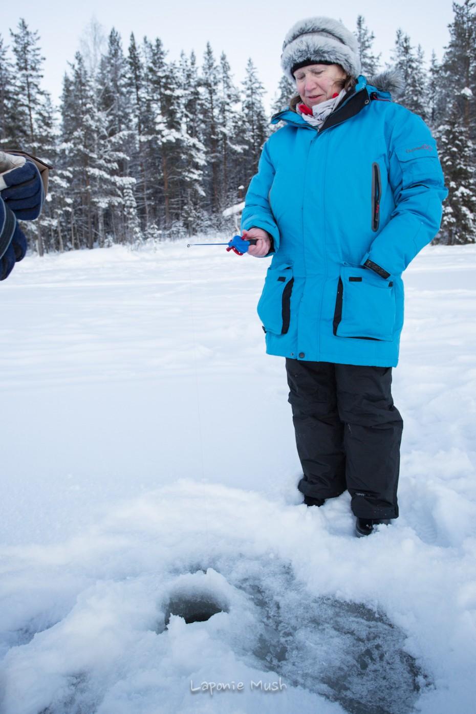peche blamche sur un lac gelé en laponie suedoise