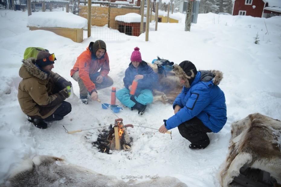 grillade au feu de bois en hiver en laponie suédoise