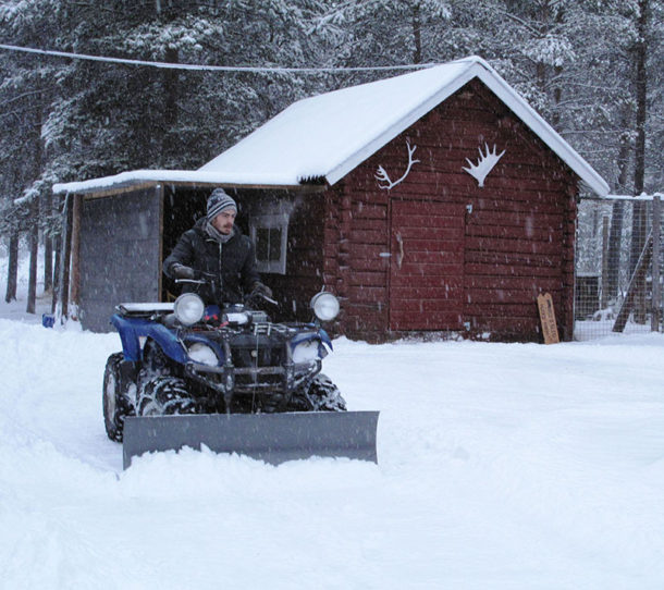 laponie-hiver-chien-traineau-déneigement-neige