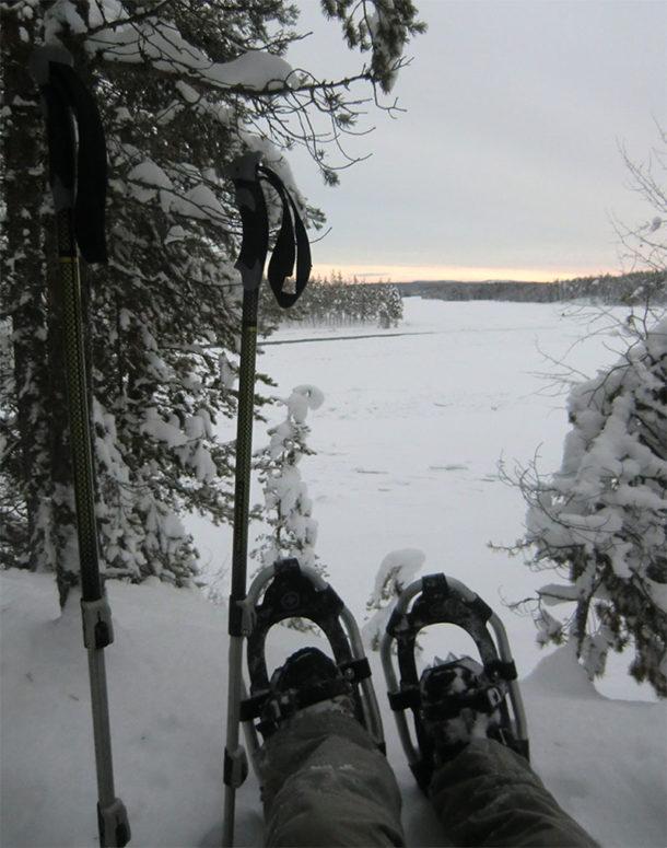 Pendant votre séjour Chien de Traineau en Laponie Suédoise, partez en randonnée en raquettes à neige sur les bords de rivière gelée et admirez le paysage et profitez du calme et de la quiétude des lieux
