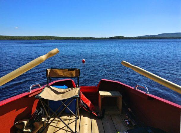 En été, à bord de notre barque pour une partie de pêche au lac, brochets et perches