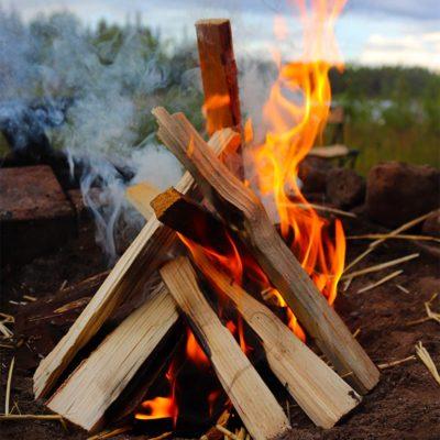 feu de bois en bord de rivière en Laponie Suédoise