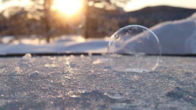 cristallisation de bulles de savon en Laponie Suédoise sous le soleil