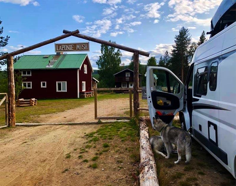 arche d'entrée chez Laponie Mush en été en laponie suédoise