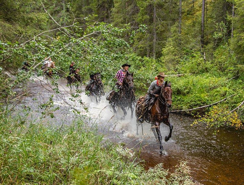 randonnee a cheval et traversee de riviere en laponie